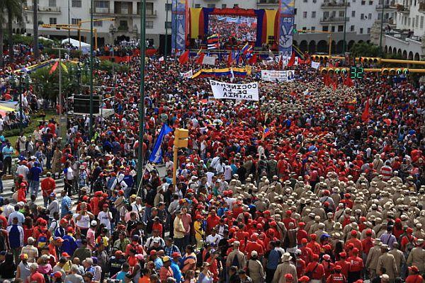 90 BILDER: Tausende von Menschen marschierten am 23. Januar und bekundeten ihre Unterstützung für NicolásMaduro.