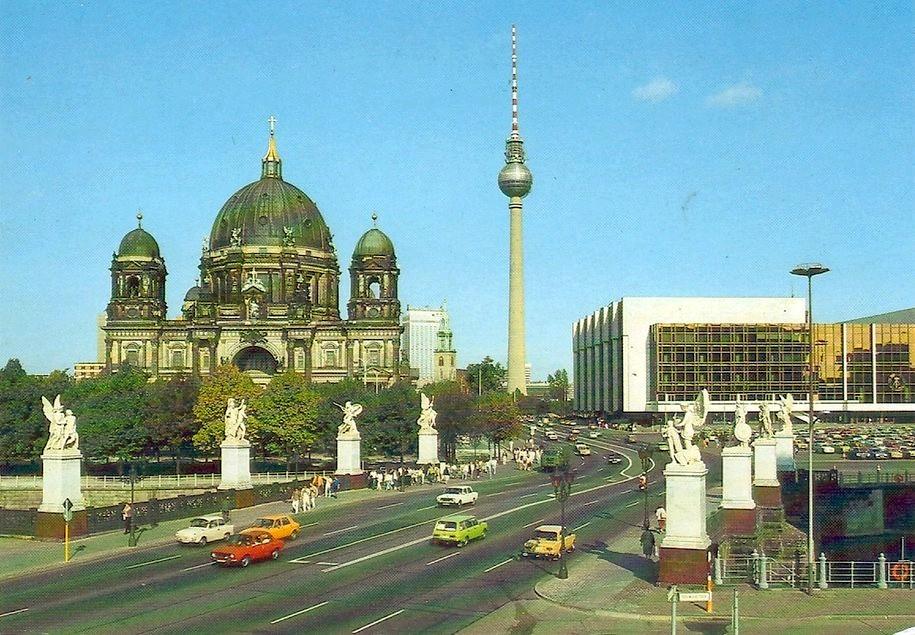 Berlin - Hauptstadt der DDR. Marx-Engels-Brucke mit Dom und Palast der Republik